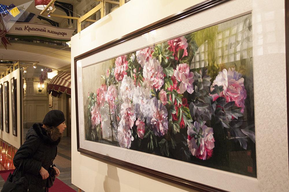 古姆商场喜迎中国新年活动上,一名女子在看刺绣品。