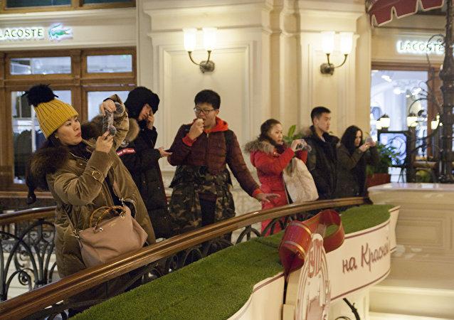 中国游客在莫斯科古姆商城