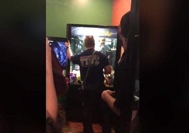 美国一名男孩从自动玩具机中被救出来