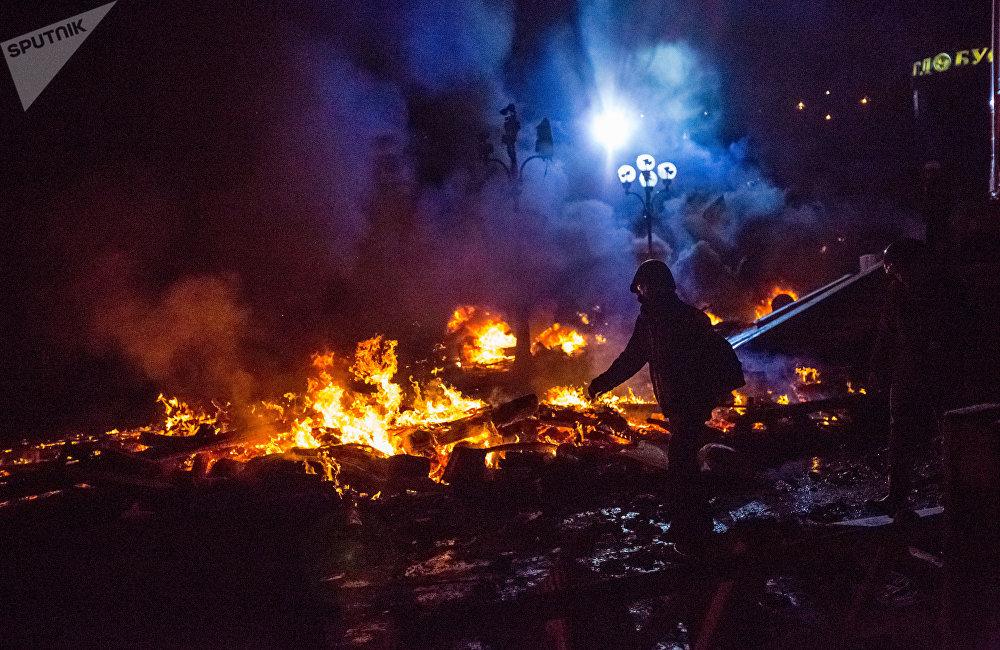 2013年11月21日,烏總理阿扎羅夫宣佈延緩與歐盟簽訂聯繫國協定後歐洲一體化的支持者佔領了基輔的主要廣場--獨立廣場。廣場成為烏強力部門與激進分子對峙的中心。烏克蘭全國各地都舉行了大規模的示威遊行。結果雙方數十人在暴亂中喪生。