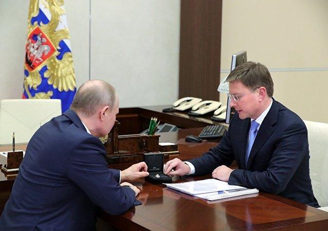 普京向俄埃羅莎公司總裁瞭解本土開採的稀有鑽石