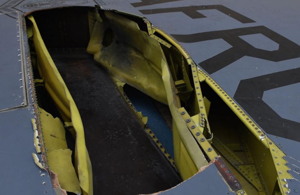 美国B-52轰炸机被闪电击中 机尾现大洞