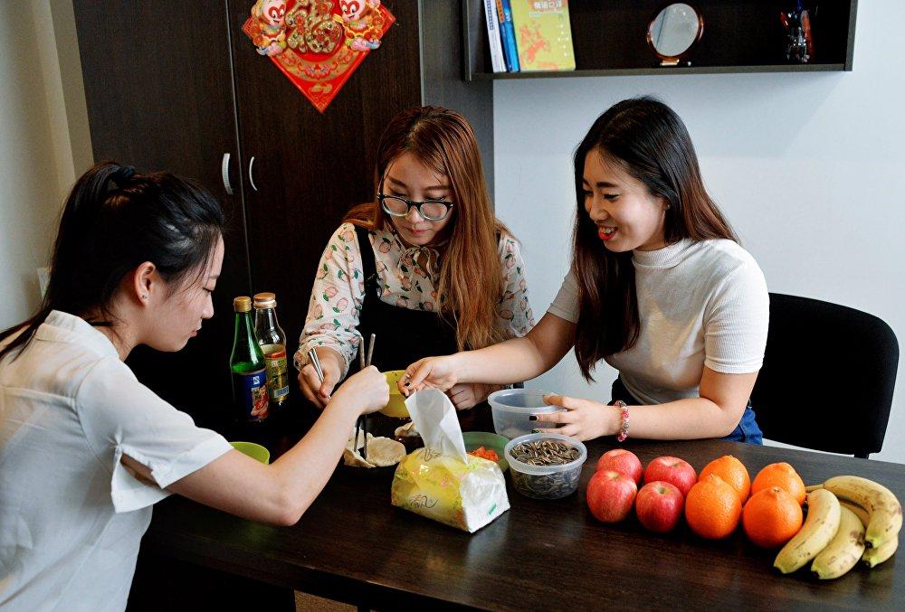 遠東聯邦大學的中國留學生們正在為俄羅斯朋友準備年夜飯。