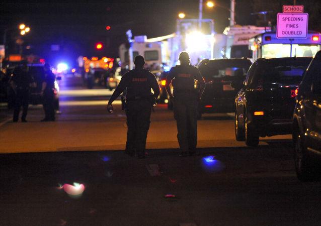 美国一裸体枪手在咖啡馆附近枪杀3人