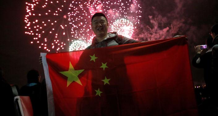 """""""十一假期""""红色旅游迎来热潮 中国游客在各地唱响对祖国赞歌"""