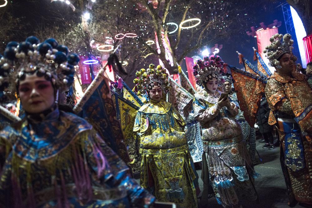 中國西安,身著傳統京劇戲服的舞蹈演員們準備慶祝農歷新年