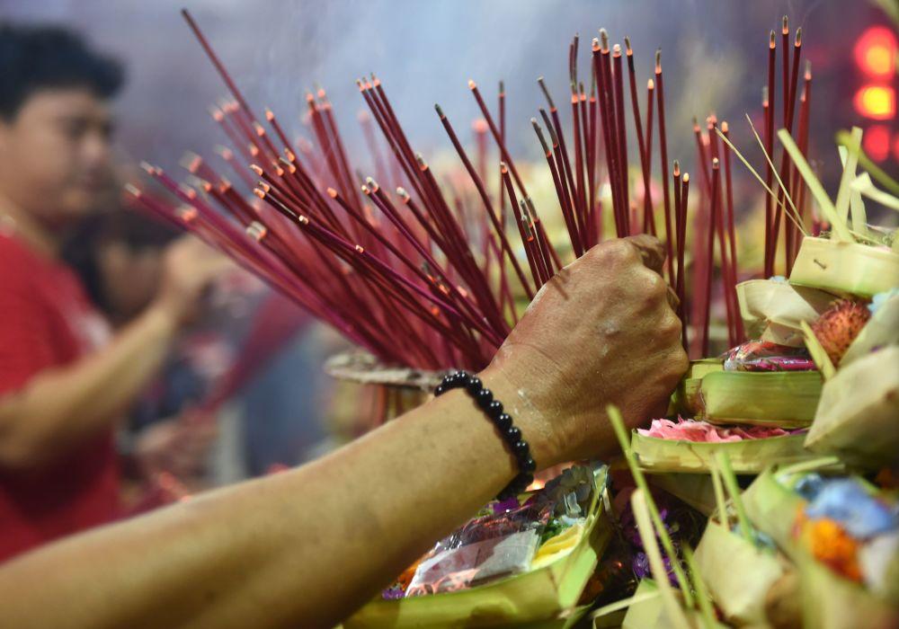 春節期間,香客在印尼巴釐島中國廟宇里敬香