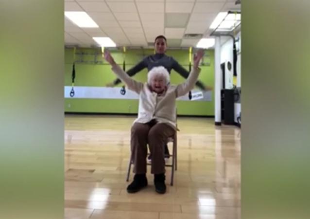 93岁老妪健身时哈哈大笑在网上热议