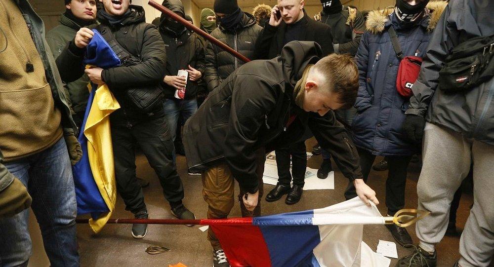烏克蘭民族主義者褻瀆俄羅斯國旗