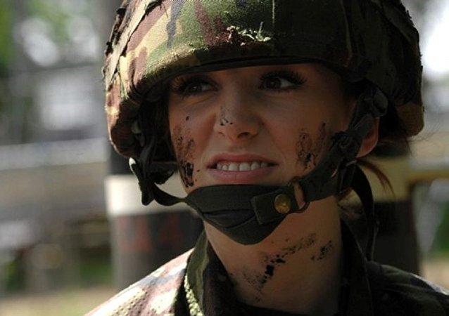 粘假睫毛穿高跟鞋服役:英军女兵谈在部队受欺凌