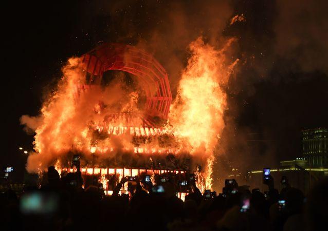 """在莫斯科高尔基中央文化休息公园庆祝谢肉节时燃烧""""冬日的艰难""""艺术品"""