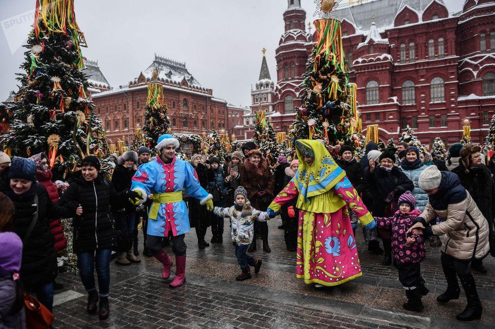 在莫斯科马涅日广场上的谢肉节娱乐活动的参与者