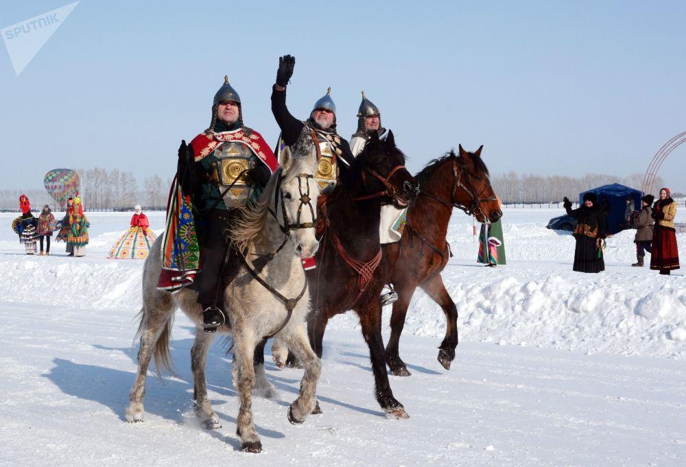 """在阿尔泰村庄Novotyryshkino  举办的""""西伯利亚谢肉节""""活动上,穿着""""勇士""""服装参加谢肉节主题游行的参与者"""