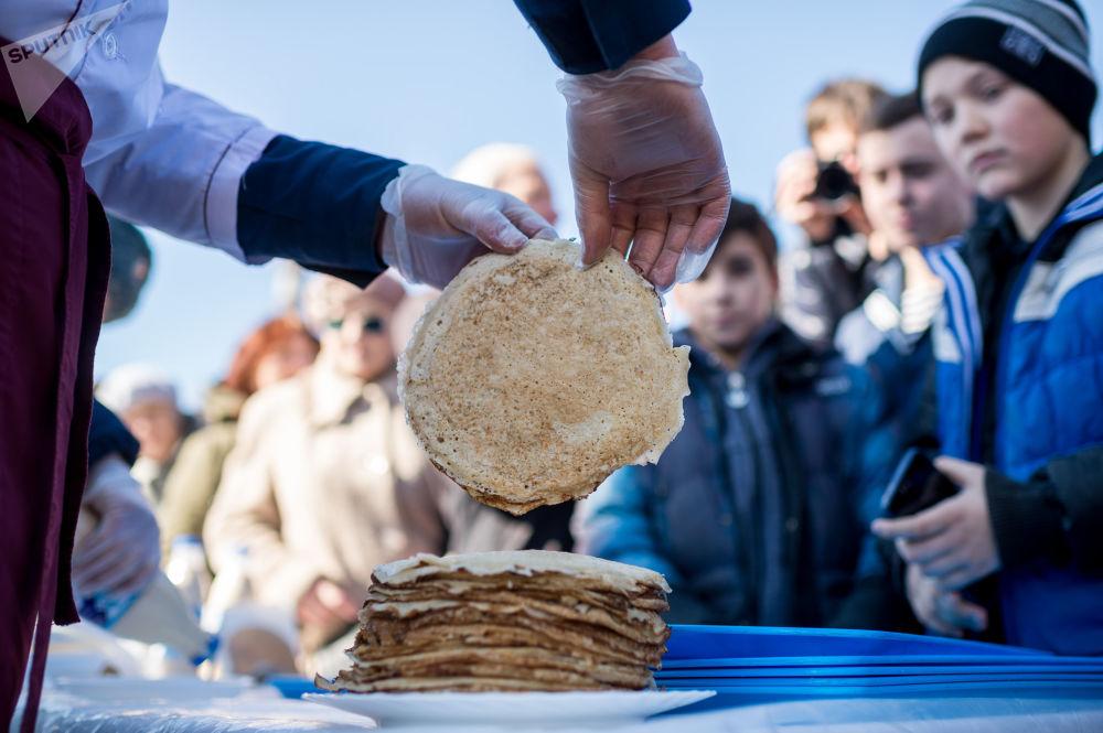 在塞瓦斯托波尔搭建的谢肉节节日市场上的煎饼