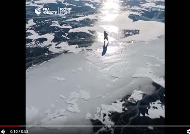 76岁老人贝加尔湖上滑冰