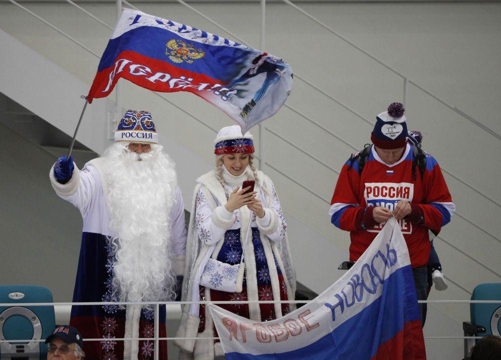 俄罗斯观众打扮成严寒老人和雪姑娘