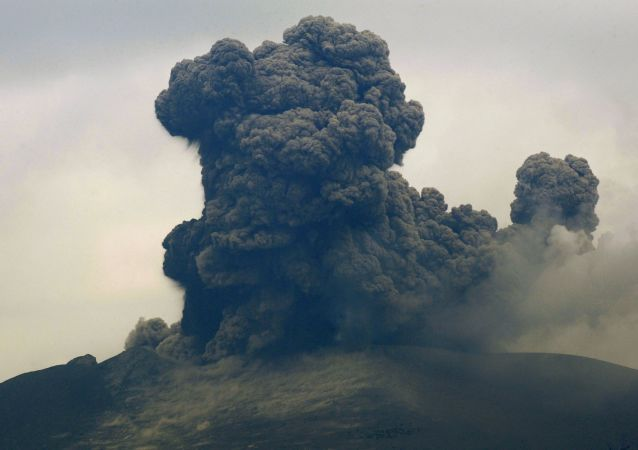 日當局警告勿靠近發生噴發的新燃岳火山