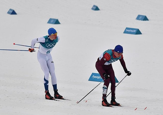 俄滑雪運動員博利舒諾夫9右邊)和芬蘭選手利沃·尼斯卡寧