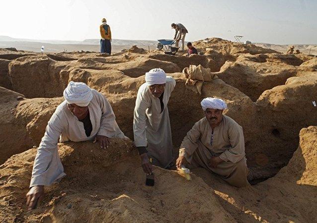 在開羅南部發現了一個帶有石棺和寶藏的大型古埃及墓地