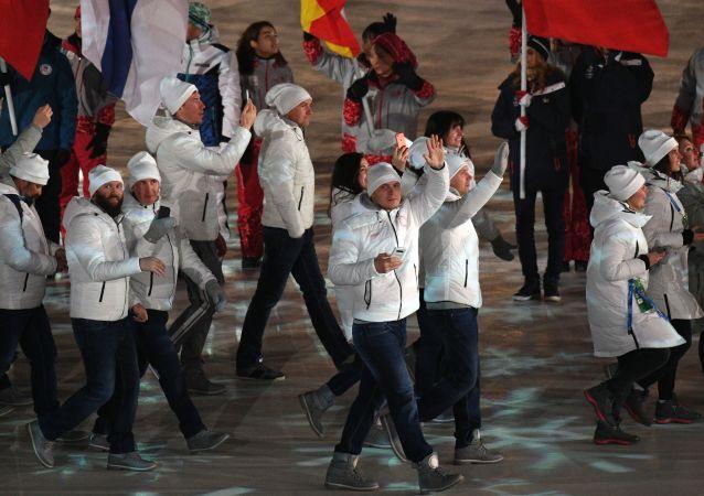 俄羅斯運動員在2018冬奧會的閉幕式上舉奧利匹克旗幟入場