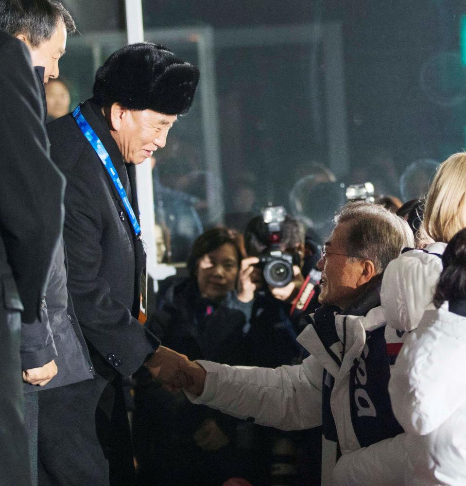 朝鲜代表团团长和韩国总统在冬奥会闭幕式上握手。