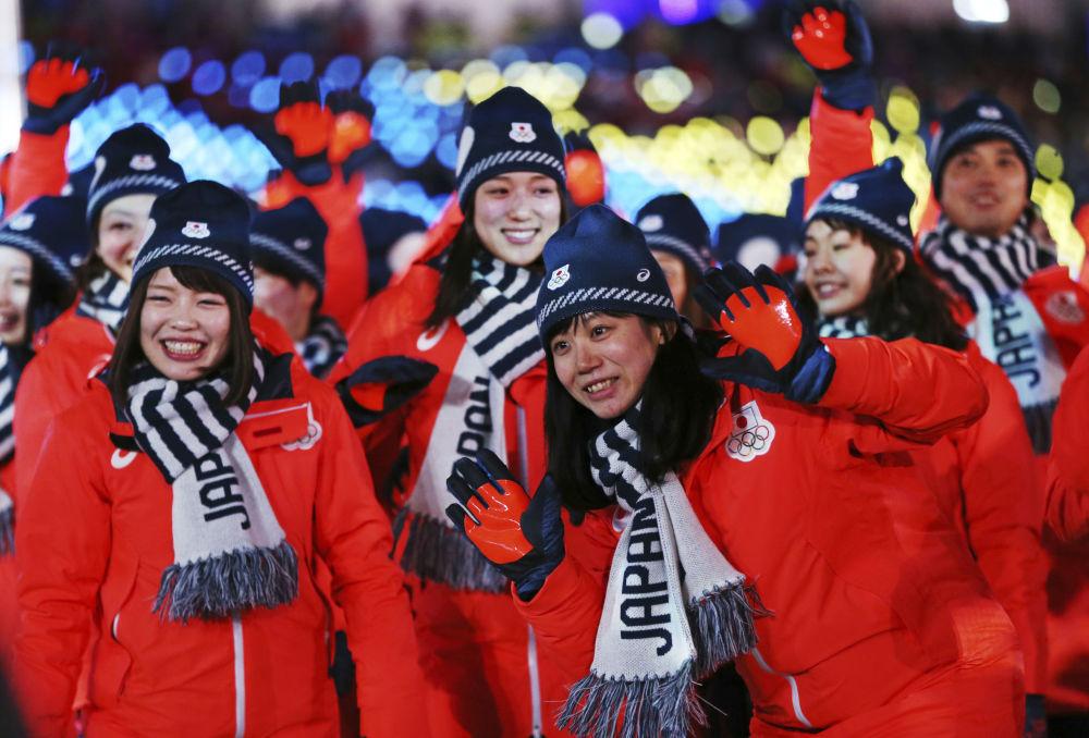日本运动员在冬奥会闭幕式上