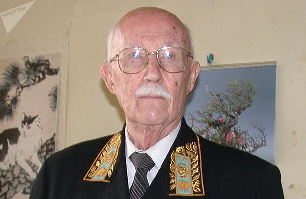 谢尔盖·齐赫文斯基身着外交官服