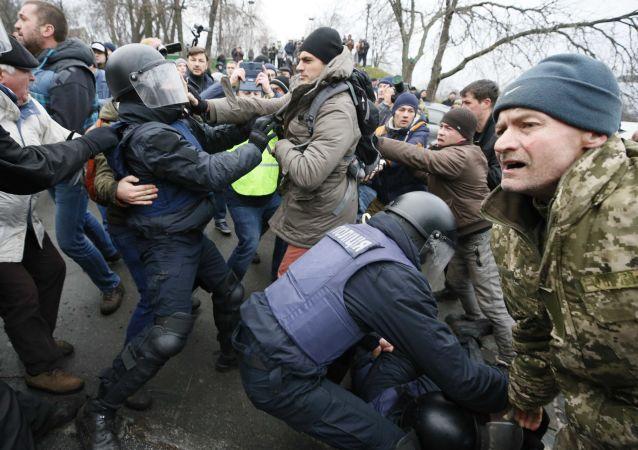 烏強力部門人員在基輔與薩卡什維利的支持者發生肢體衝突