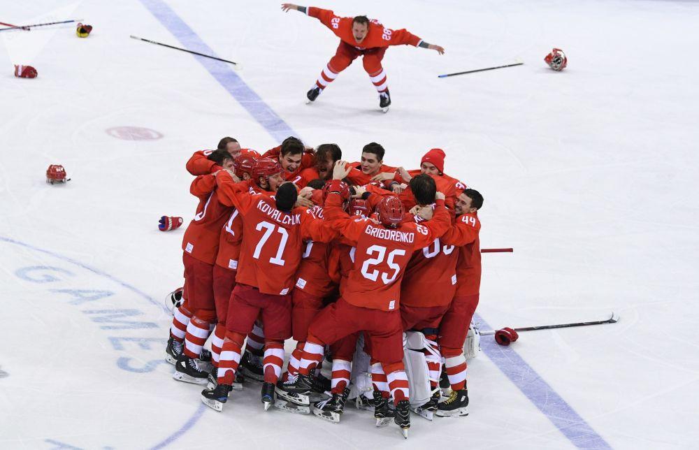 俄罗斯冰球运动员庆祝在平昌冬奥会上击败德国队获胜。