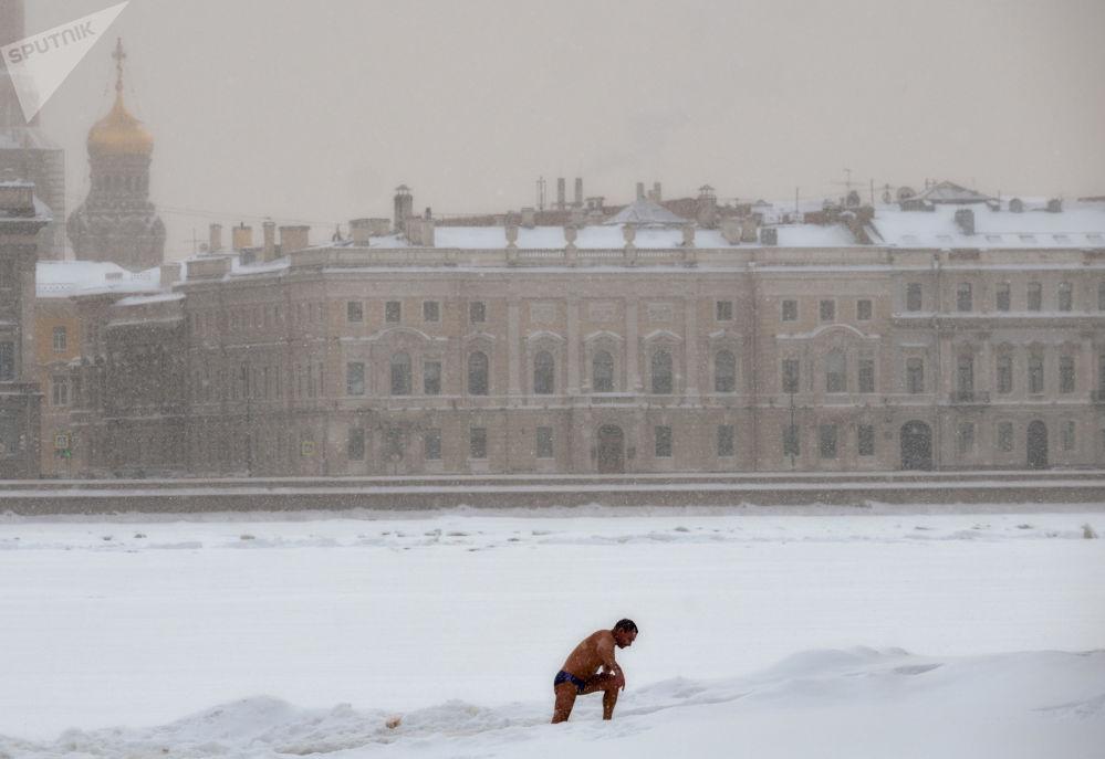 一名男子在圣彼得堡涅瓦河游泳。