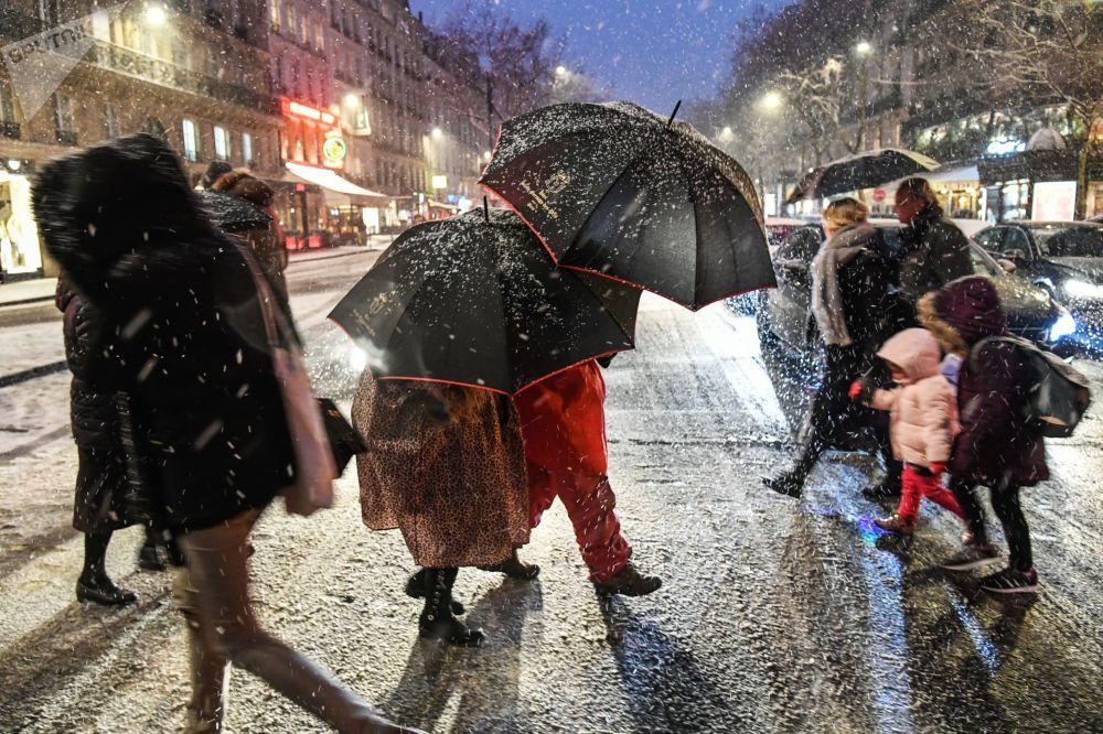 巴黎降雪。