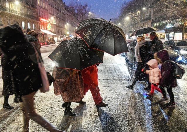 民调:约六成法国人对马克龙表示不满