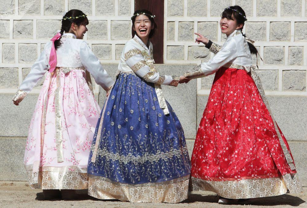 首尔一名女子身着韩国传统服装。