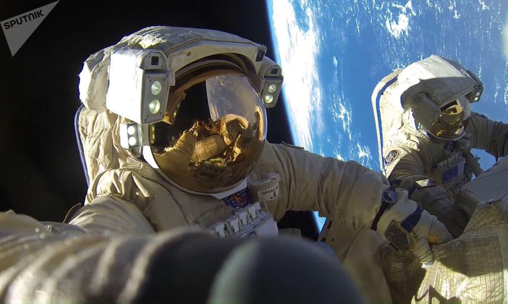 宇航员安东·什卡普列罗夫和亚历山大·米舒尔金在太空行走