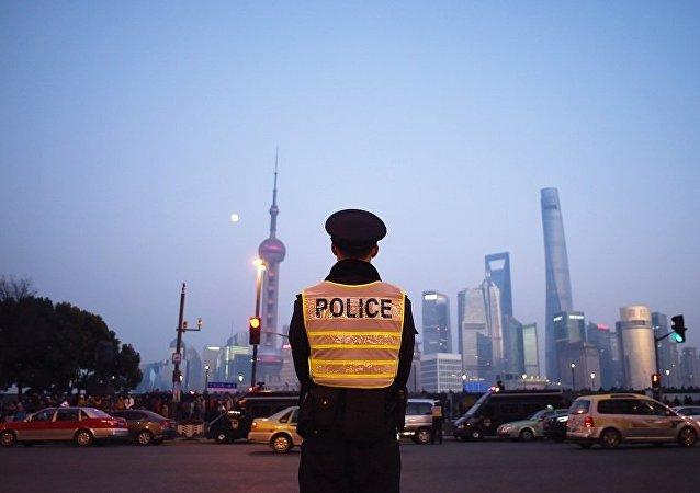 上海一男子校门前持刀砍伤两小学生一大人,嫌疑人被警方控制