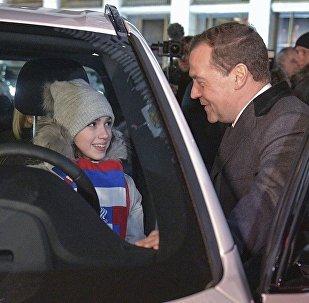俄总理向俄奥运会奖牌获得者颁发汽车钥匙