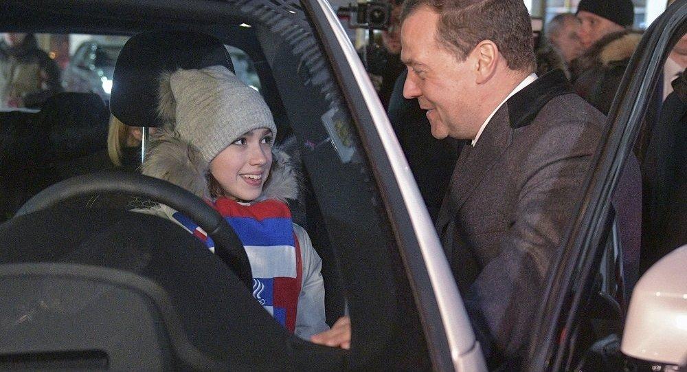俄總理向俄奧運會獎牌獲得者頒發汽車鑰匙