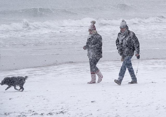 英国海岸因温度降至零下而被冰覆盖
