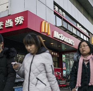 """在中国的麦当劳开始出售带香肠的""""俄罗斯""""汉堡"""