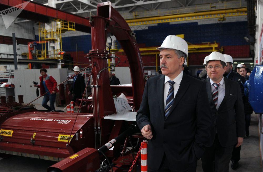 格魯季寧從1997年起涉足政治,首次當選莫斯科州杜馬議員。