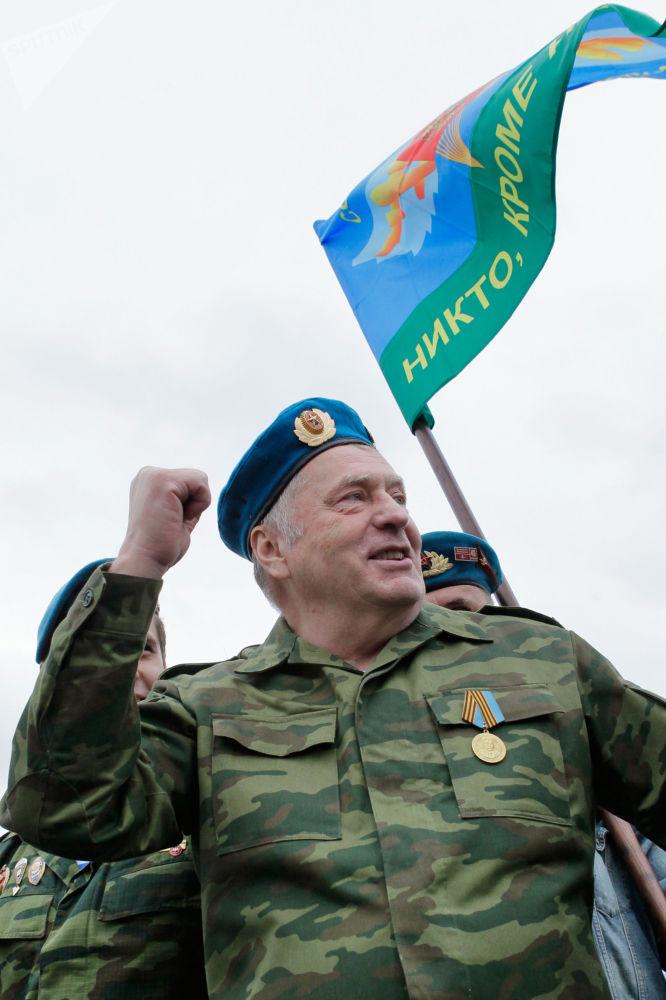 """弗拉基米尔·日里诺夫斯基打算为俄语而斗争,并反对""""移民的坏影响""""。"""