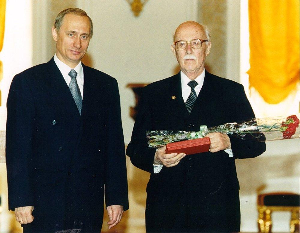 1999年,齐赫文斯基因《中国的改革与革命》系列丛书获得国家奖。普京总统亲自颁奖。