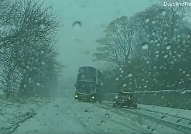 汽车打滑进入对面车道 公交车司机技术高超急躲闪