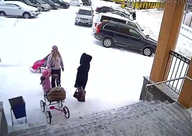 一個一歲半的女孩將自己的母親從「雪崩」中救出