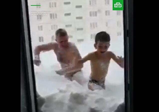 严寒不是阻碍 俄萨哈林居民雪中作乐