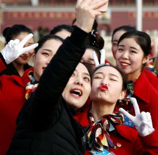 女孩在天安門廣場自拍