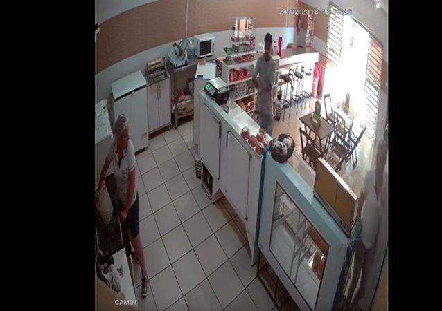 巴西女店员泼水打跑强盗