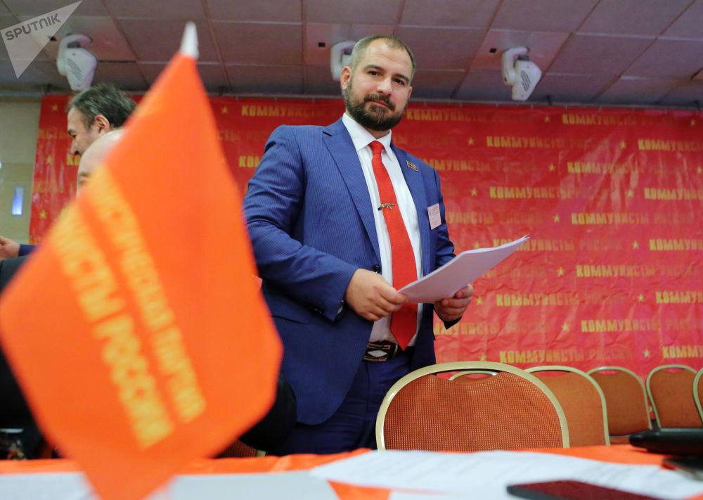 馬克西姆·蘇萊金1978年出生在莫斯科,歷史學副博士。