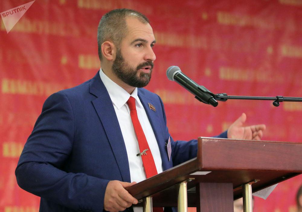 2010年领导俄罗斯共产党人社会组织,尔后领导在此基础上建立的左翼政党俄罗斯共产党人。