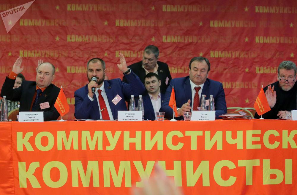 俄罗斯共产党人党承诺,一旦掌权,就会使银行体系和经济支柱产业国有化。